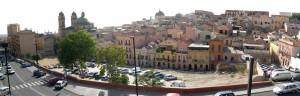 Il vuoto urbano tra via Fara e via Santa Margherita in una foto del 2004 quando era utilizzato come campo da calcio e parcheggio sterrato, prima di essere assegnato ai balestrieri di Cagliari