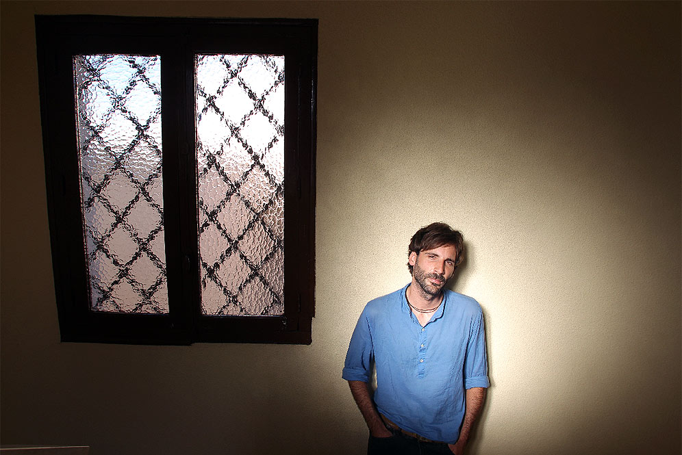 Ricardo Paternina Soberón, nella scala del suo appartamento - tratta da elpais.com