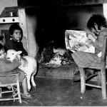 ETFAS. La bambina a destra, Antonina, sfoglia il mensile per gli assegnatari, Sardegna-Riforma Agraria, Siamaggiore