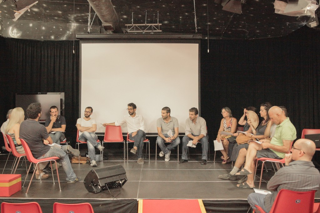 """02_Un momento di discussione con gli abitanti del quartiere di Santa Teresa - Pirri nell'ambito del progetto """"Mano"""""""