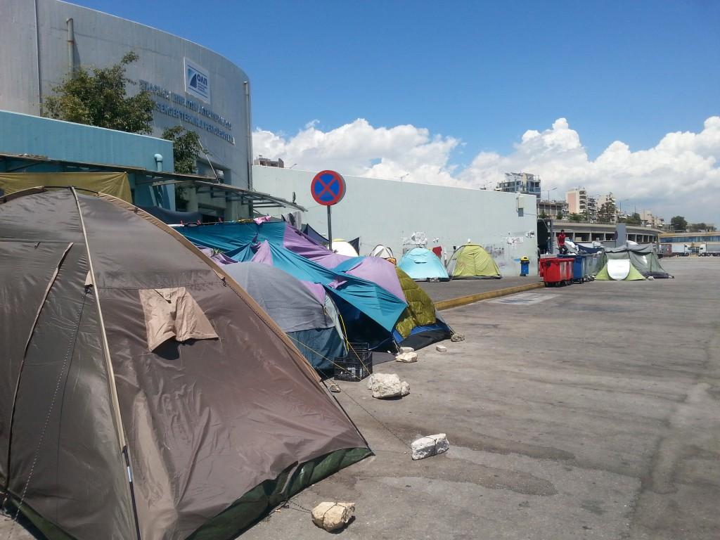 1_Una distesa di tende. Porto del Pireo, Atene