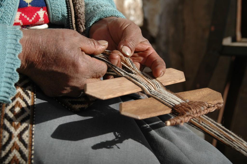 Lavorazione tessile tradizionale delle comunità della Valle sud di Cusco. Foto di Ana Asensio